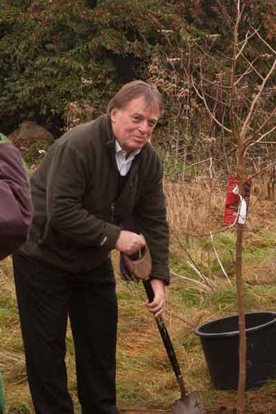 Andrew Smith MP plants a tree to celebrate 10 years of FoWM.